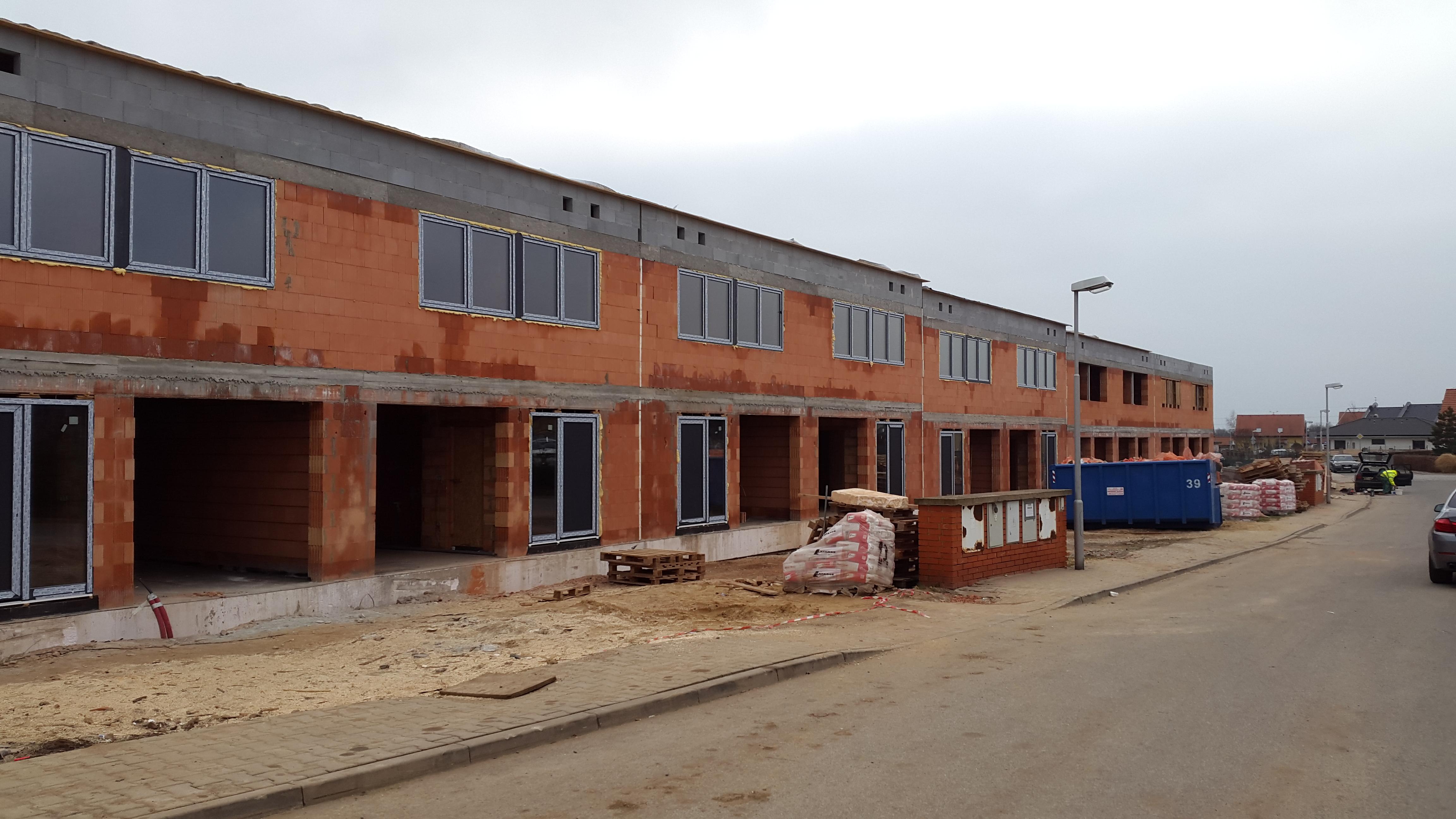 Golf Michalovice - řadové domy, první etapa. Pohled z ulice.