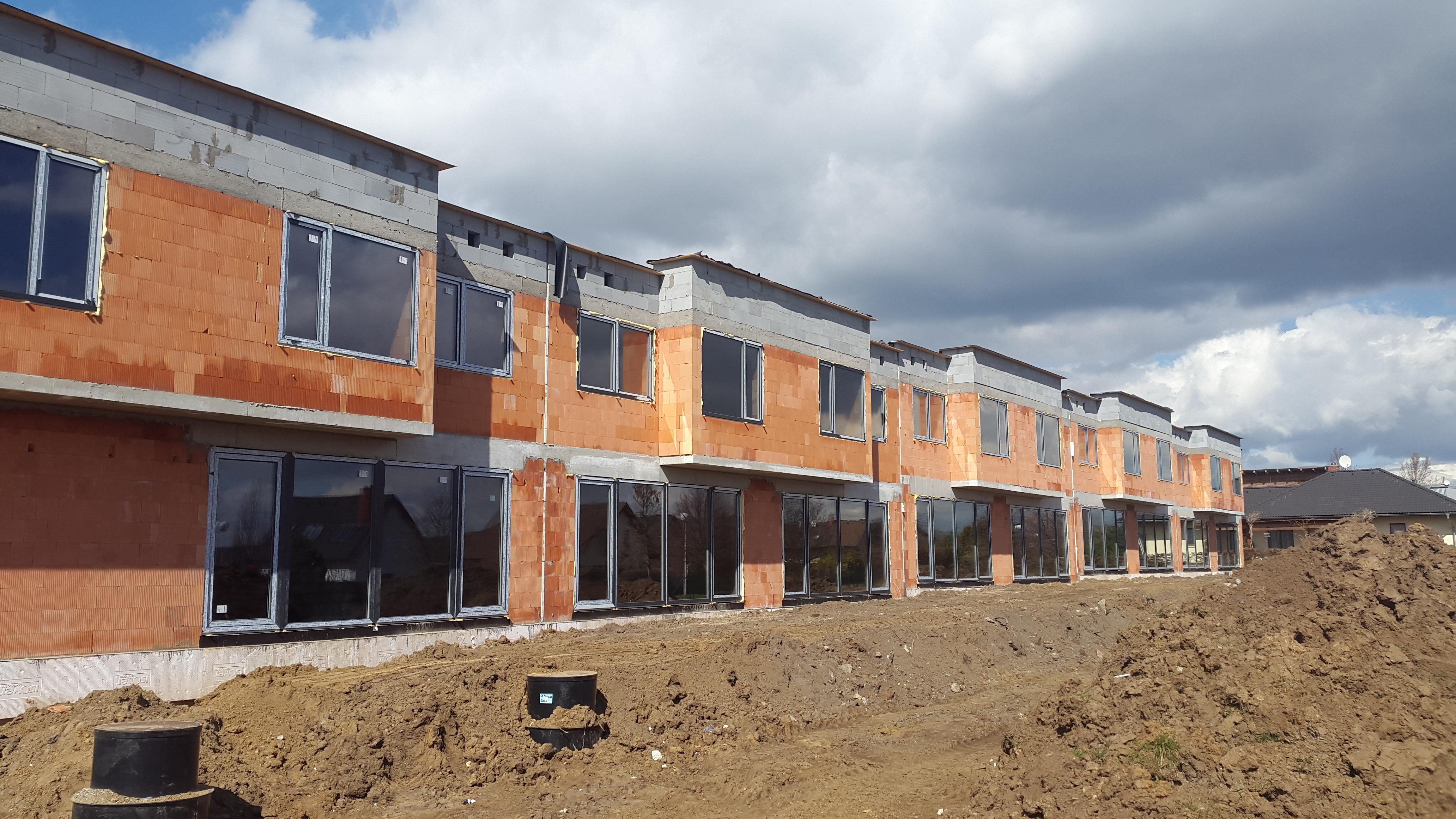 Golf Michalovice - řadové domy, první etapa. Staví HP Domy.