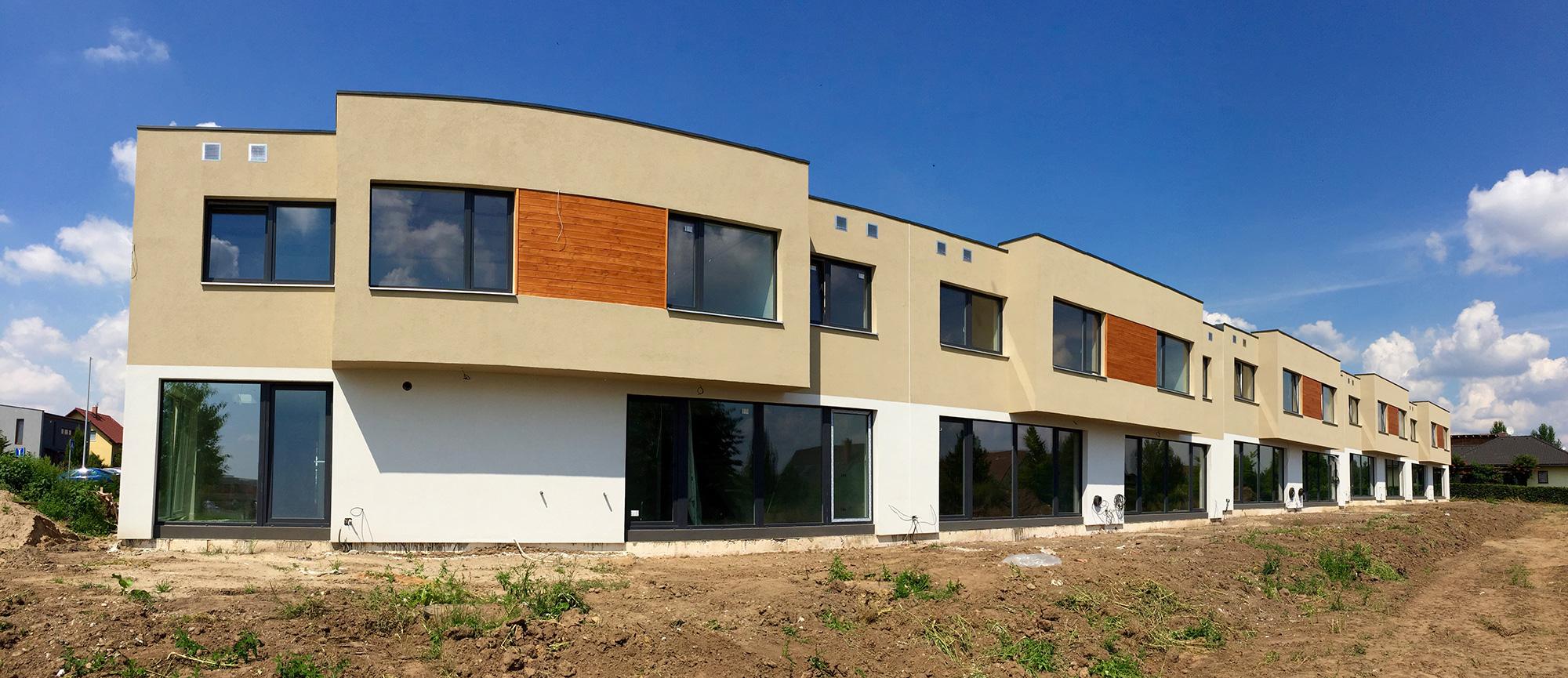Golf Michalovice - řadové domy, první etapa. V barvách.