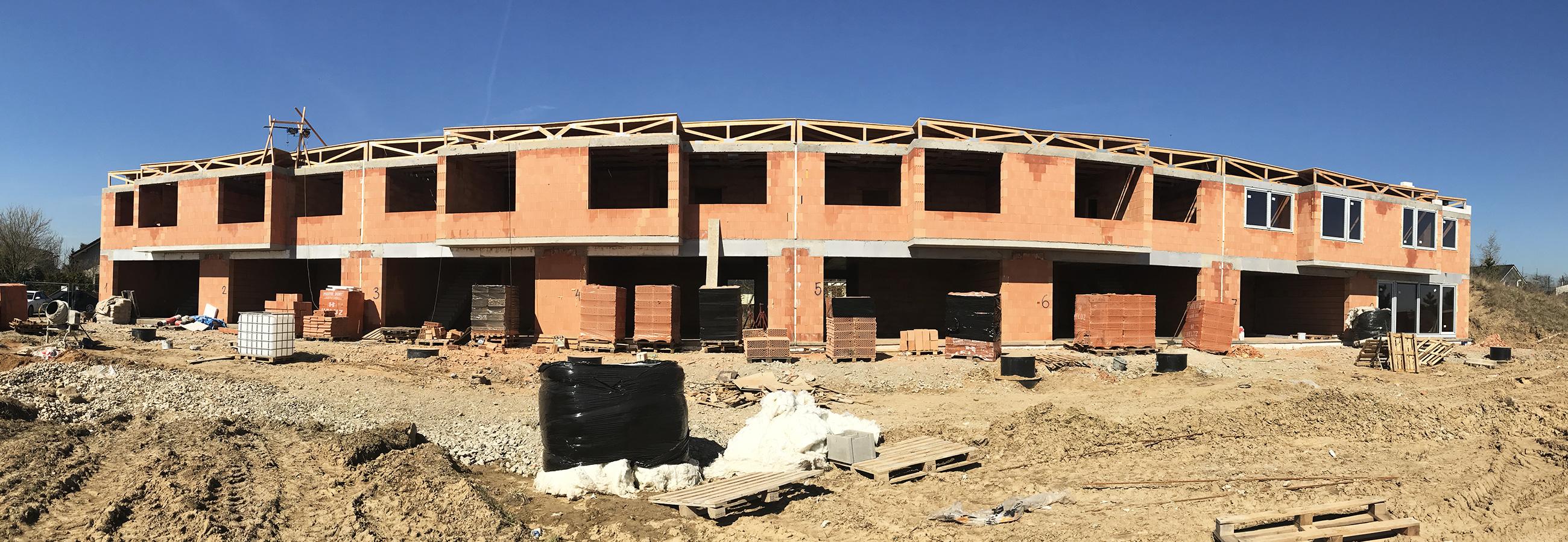 Michalovice - Realizace výstavby řadových domů od HP Domy, pohled z dálky.