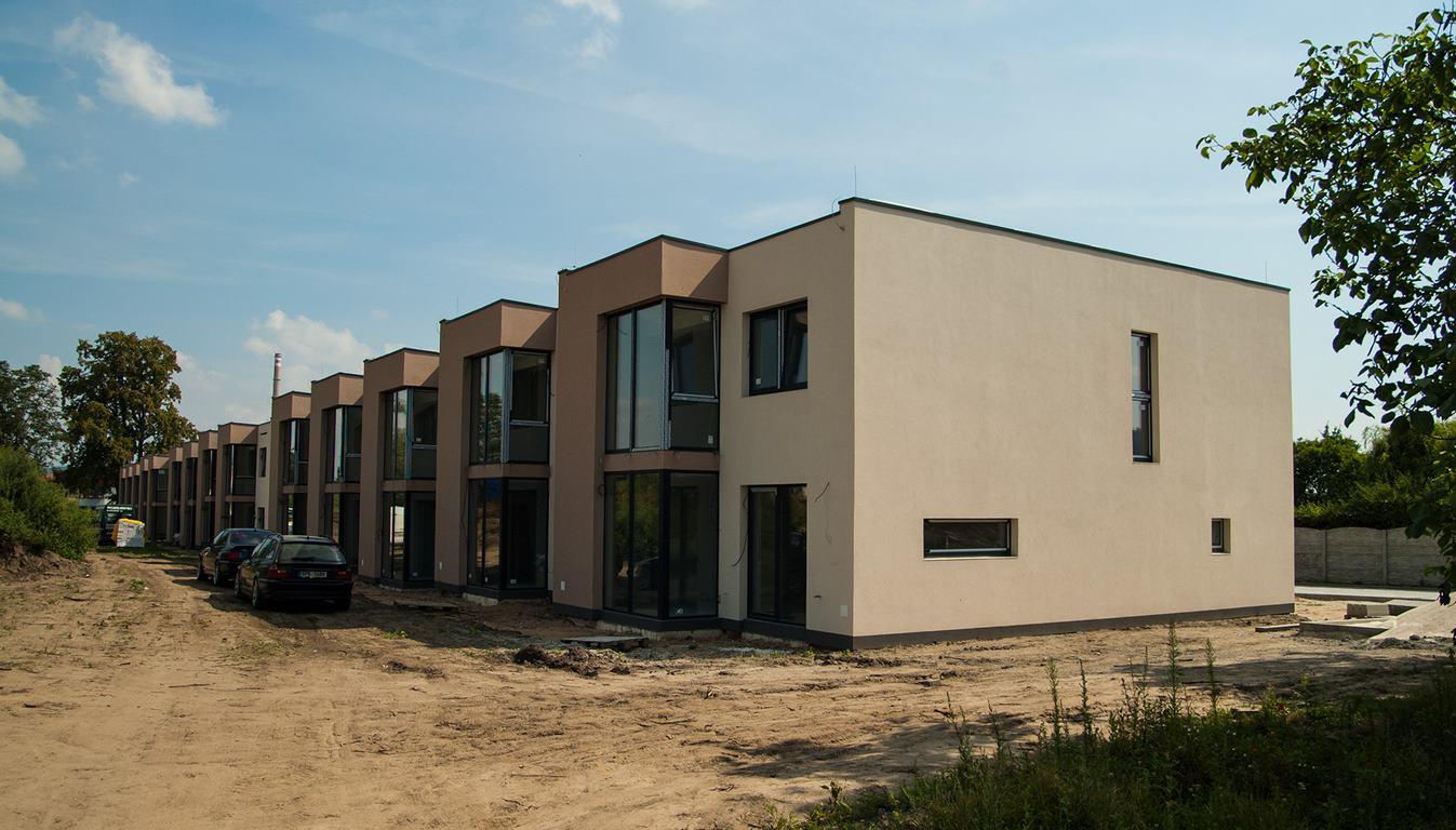 Projekt 14-ti řadových domů Na Celně – Mladá Boleslav, domy stojí.